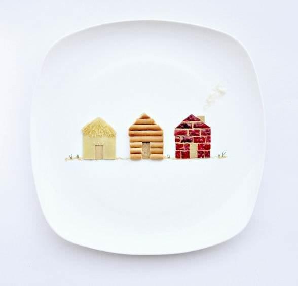 Домики трех поросят из макарон и бекона