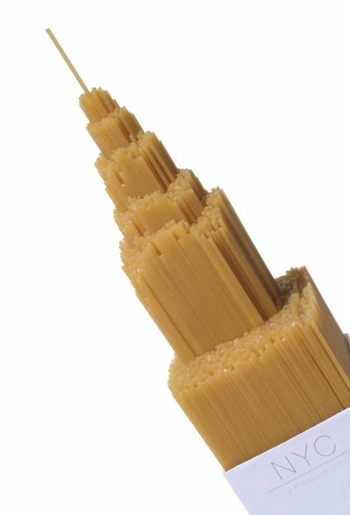 Упаковка спагетти в форме Эмпайр-стейт-билдинг