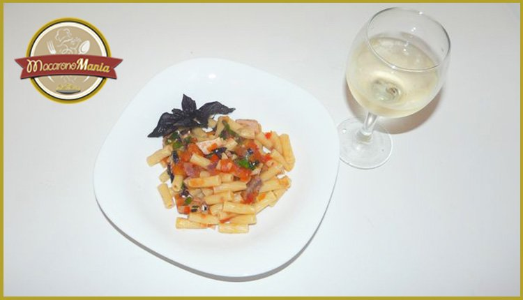 Паста с тунцом, помидорами и шпинатом. Готовое блюдо
