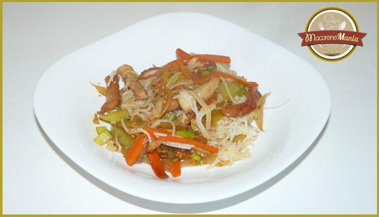 Рисовая лапша со свининой и овощами с соусом терияки. Готовое блюдо