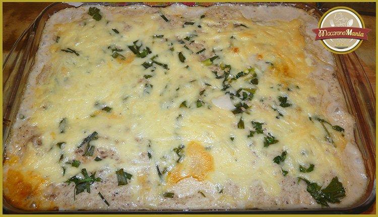Каннеллони с мясом, грибами и соусом бешамель. Готовое блюдо в форме