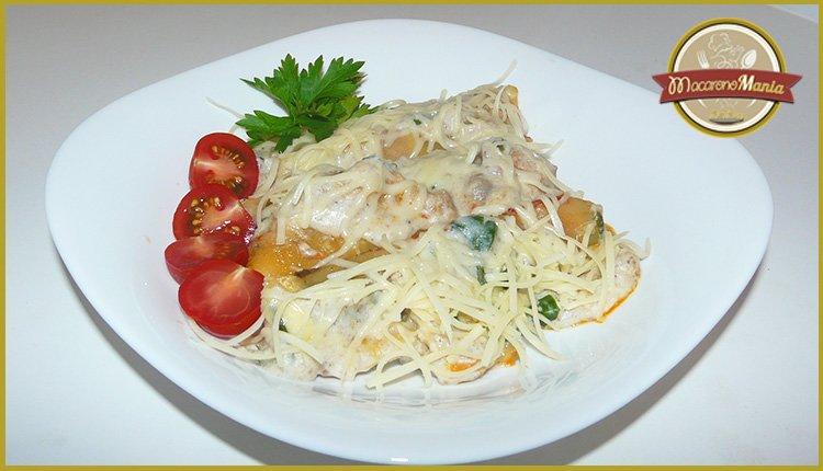 Каннеллони с мясом, грибами и соусом бешамель. Готовое блюдо в тарелке