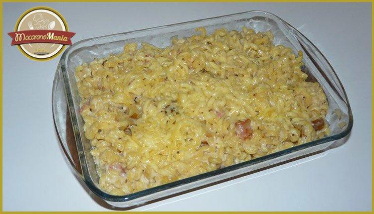 Макароны (паста) с беконом, грушей и соусом бешамель. Готовое блюдо