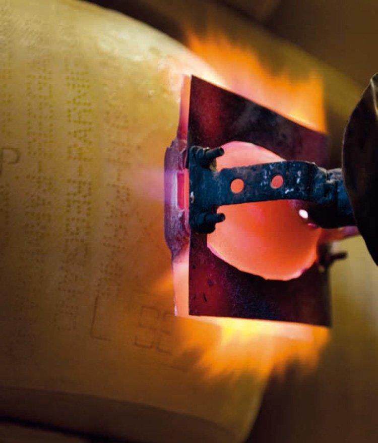 Как производят настоящий пармезан. Как ставят знак качества DOP Parmigiano-Reggiano