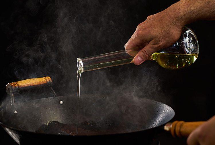 Для жарки в воке используйте только растительное масло