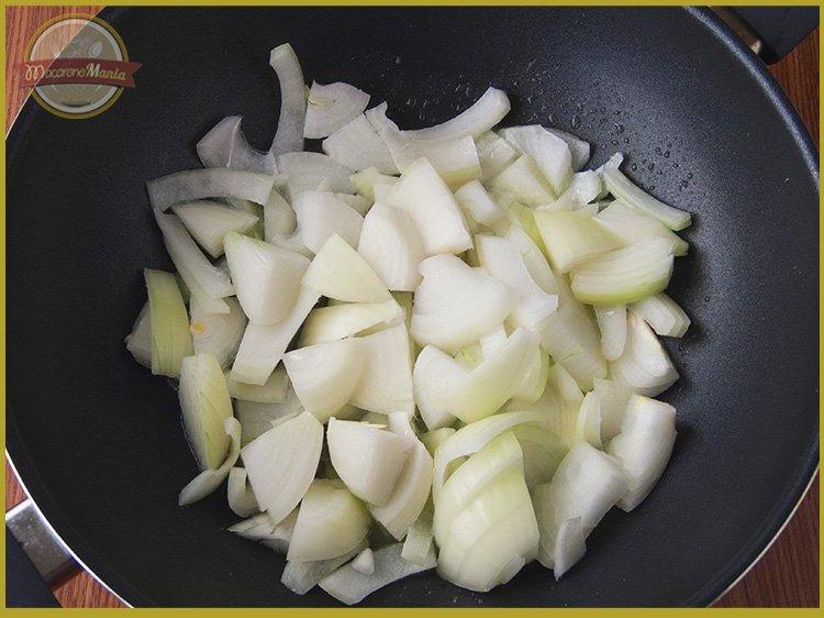 Шаг 2. Добавляем нарезанный лук в сковороду. Рецепт «Макароны по-флотски с фаршем». Пошаговое приготовление. Макарономания