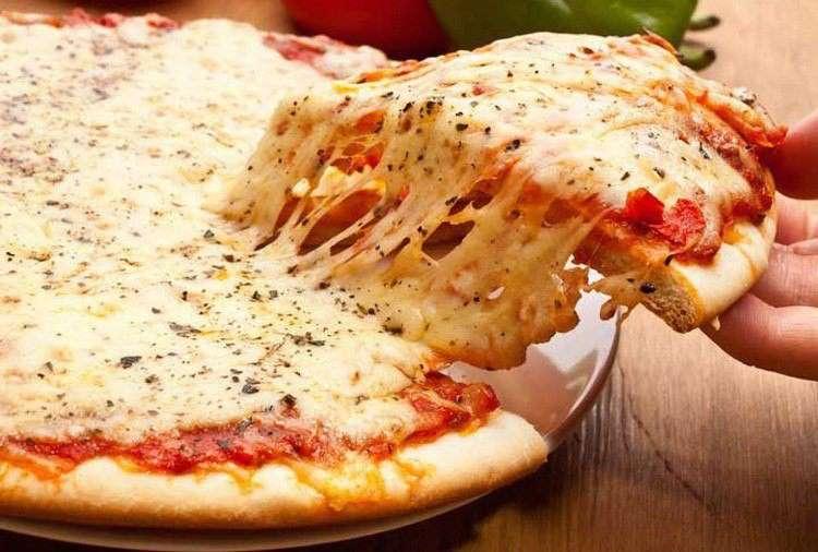 Моцарелла и пицца. Mozzarella and pizza