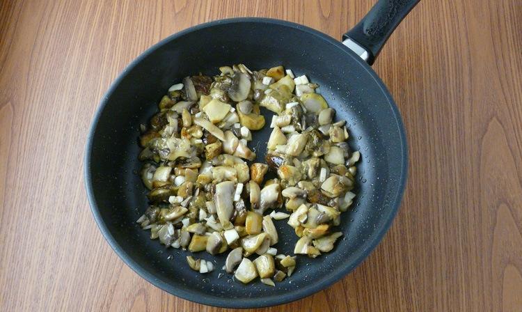Вкус макарон в сливочном соусе можно разнообразить грибами. Шампиньоны или лесные грибы