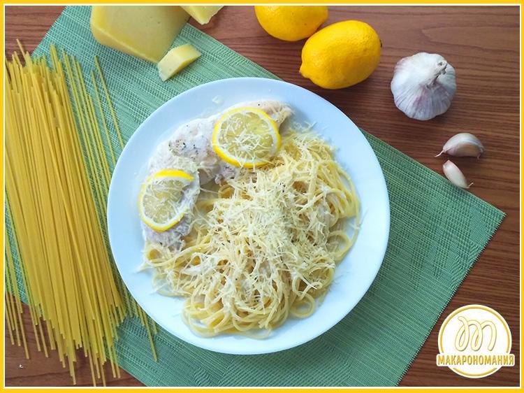 Макароны с курицей в сливочном соусе, сыром и лимоном. Готовое блюдо. Макароны в сливочном соусе с курицей