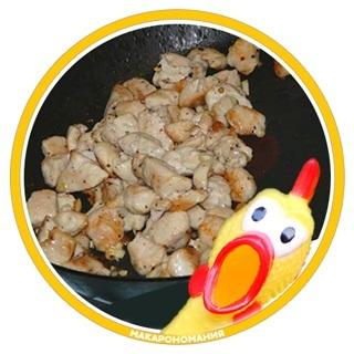 Жарить целое куриное филе необязательно. Вы можете нарезать куриные грудки полосками, кубиками или просто мелко нашинковать.