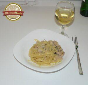 Макароны с курицей и грибами, вином и травами. Готовое блюдо