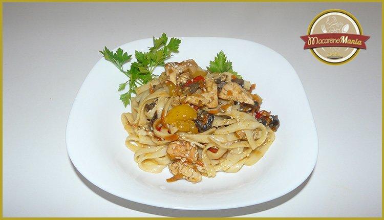 Лапша удон с курицей, грибами и устричным соусом. Готовое блюдо