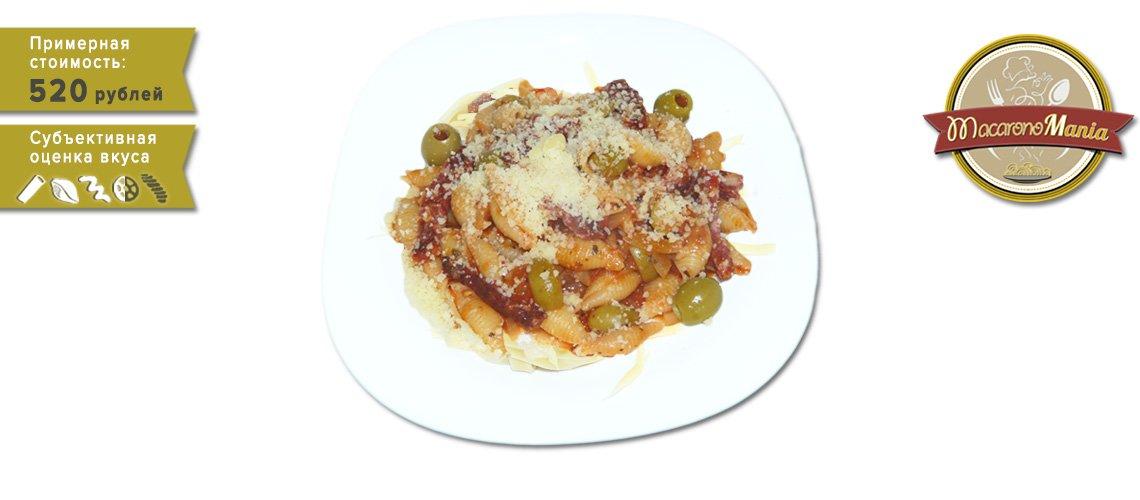 Макароны с колбасой, сыром и оливками