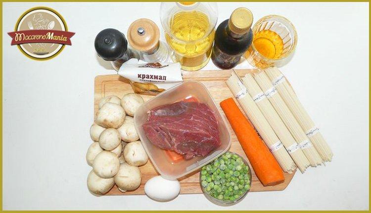 Удон с говядиной. Ингредиенты рецепта: лапша удон, говядина, овощи, соевый соус, масло, яйцо, мед.