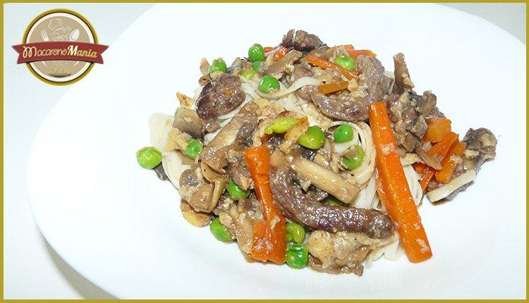 Лапша удон с говядиной и овощами. Готовое блюдо