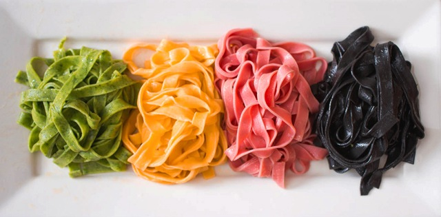 Цветные макароны. Зеленые, желтые, красные и черные