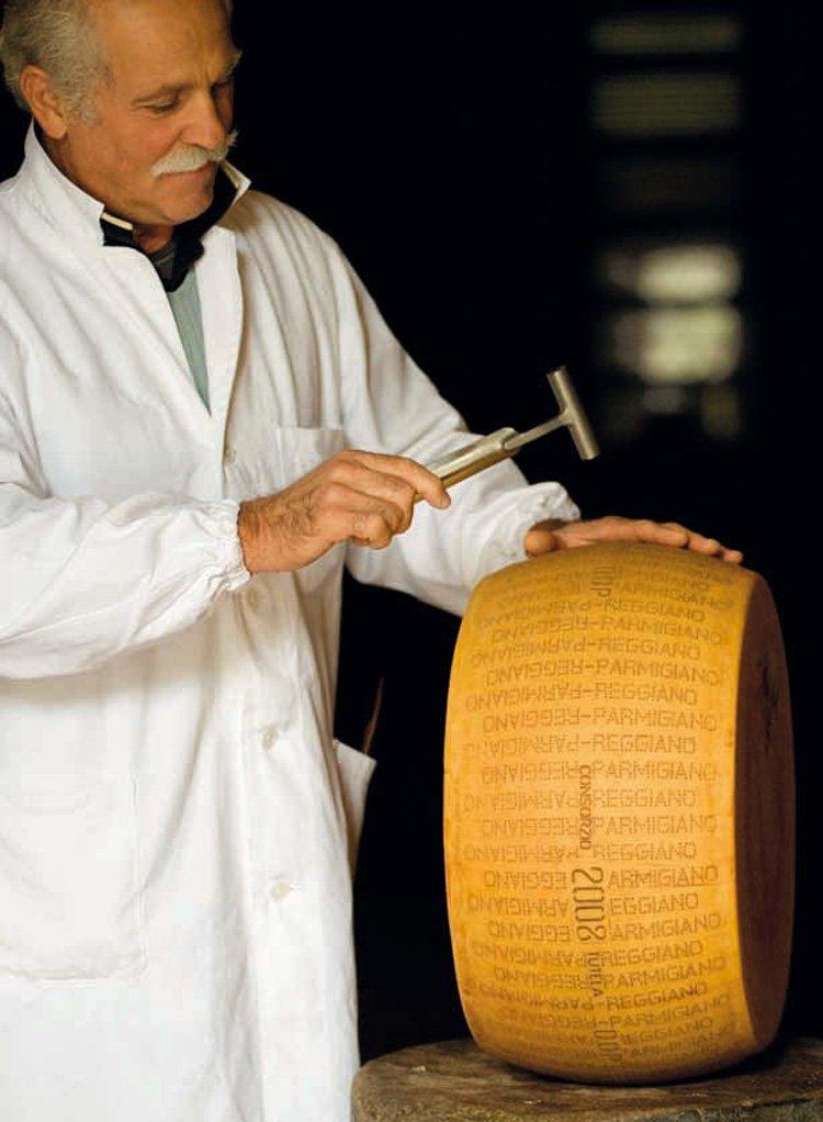 Как производят настоящий пармезан. Проверка качества Parmigiano-Reggiano