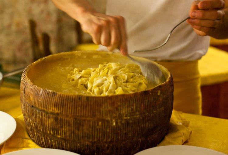 Приготовление пасты в головке сыра пармезан