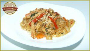 Фунчоза с овощами и мясом в соусе терияки. Готовое блюдо
