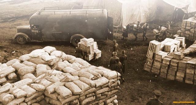 Солдаты Красной армии загружают на фронт эшелон с продовольствием. 1943 г. Еда в годы Второй Мировой Войны