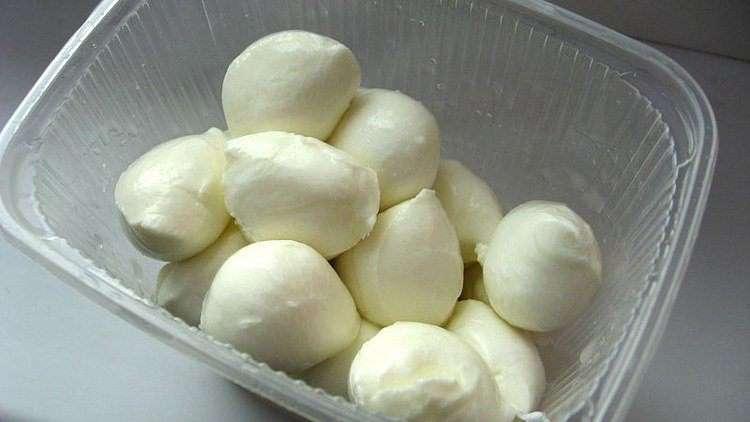 Чтобы вкус моцареллы «раскрылся», перед употреблением его вынимают из холодильника на 30-60 минут.