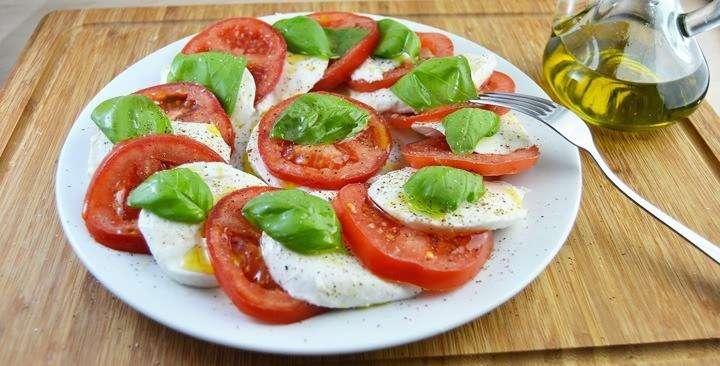 """Cалатом или закуска """"Капрезе"""" (итал. caprese)."""