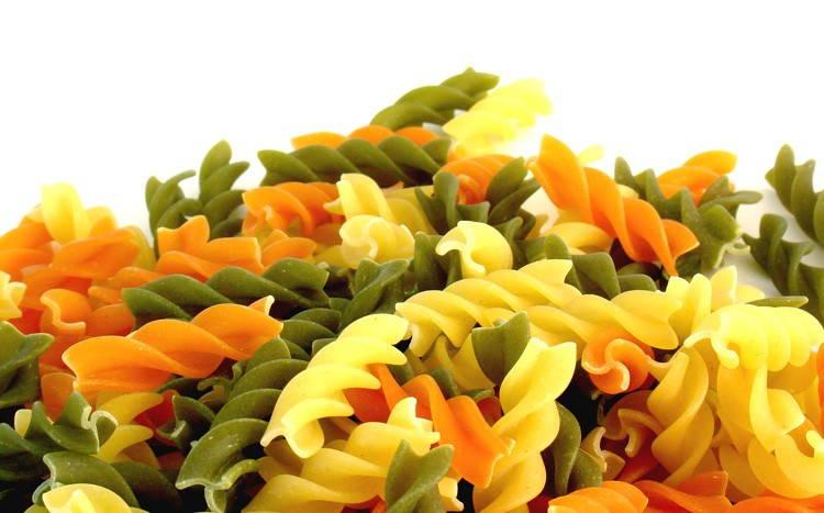 Цветные макароны фото. Производитель окрашивает макаронные изделия в красный, зеленый, черный и другие цвета.