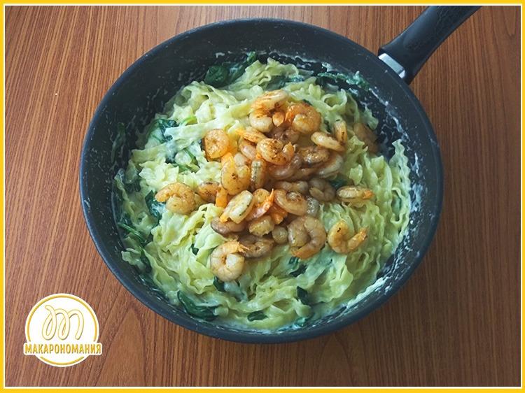 Паста с жареными креветками в сливочном соусе и шпинатом