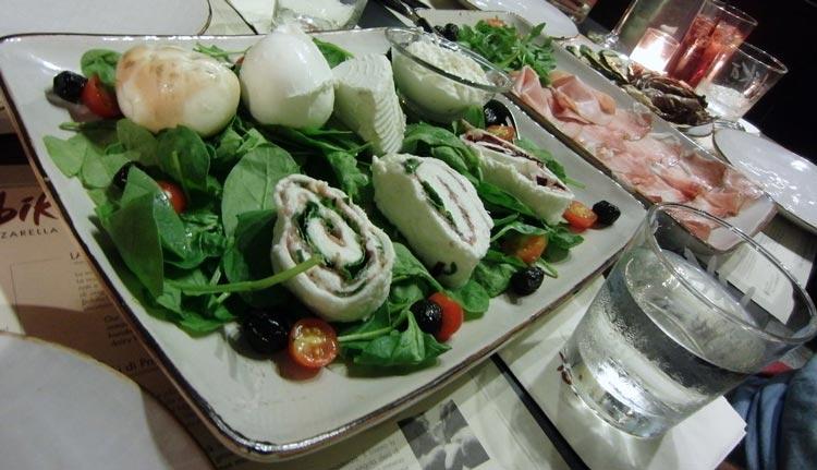 Салат страчателла с помидорами и моцареллой