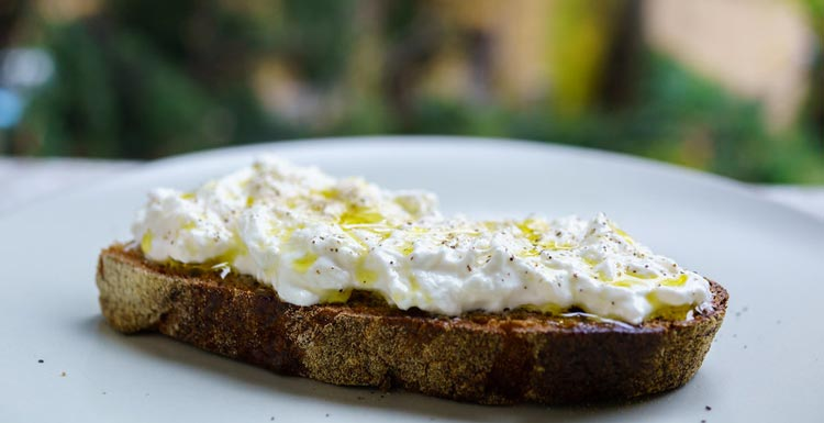 Сыр Страчателла (Stracciatella) — все о нежном итальянском сыре